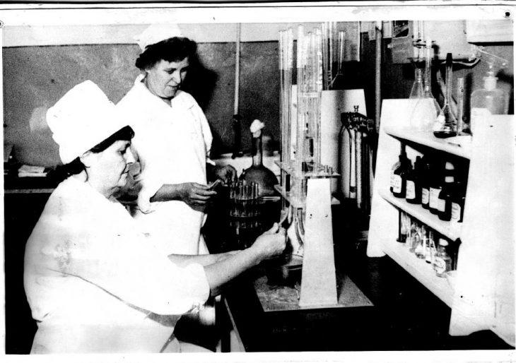 Ветеринарные врачи проводят ветсанэкспертизу продуктов питания, 1980 г.